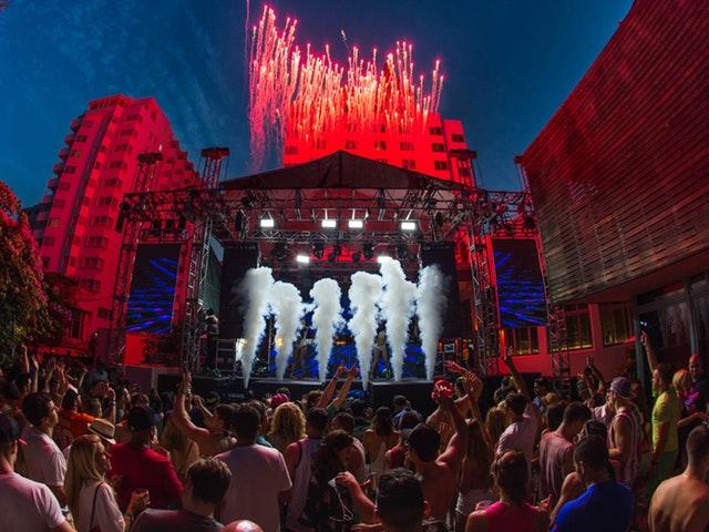 En scen på festival
